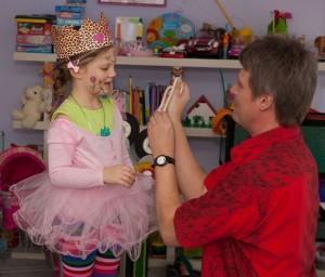 Zauberer beim Kindergeburtstag